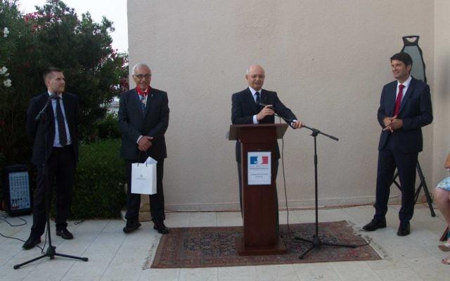 Remise des insignes de Commandeur de la Légion d'honneur à Yossi Gal (Crédit : Ambassade de France)