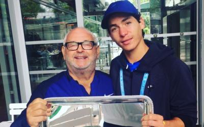 Yishai Oliel (à dr.) tient son trophée de Roland Garros, avec David Coffer, fondateur de la David Squad. (Crédits : autorisation de la David Squad)