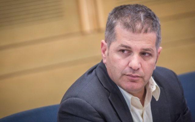 Le député du Likud Yoav Kisch pendant une réunion de commission à la Knesset, le 14  juin 2016. (Crédit : Hadas Parush/Flash90)