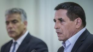 L'ancien préfet de police adjoint, Yoav Segalovitz, avec le président de Yesh Atid, Yair Lapid, après avoir annoncé qu'il rejoignait le parti de Lapid, le 29 mai 2016. (Crédits : autorisation)