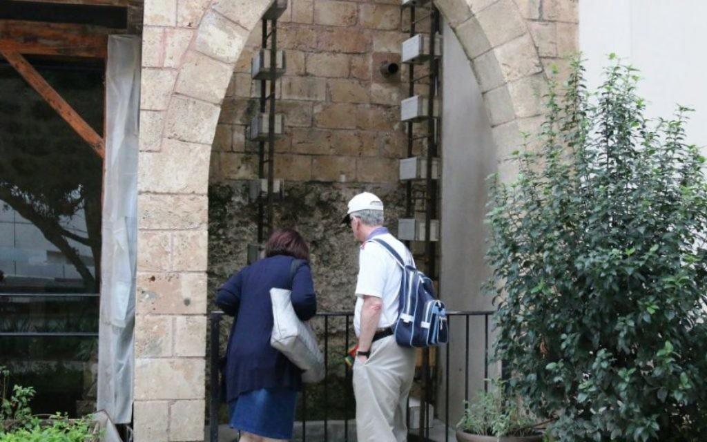 Le puits devant la cave de Sarona a été construit par des résidents arabes de la région. (Photo: Shmuel Bar-Am)