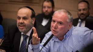 Le ministre des Affaires religieuses David Azoulay (du Shas, à gauche) et le député David Amsalem (du Likud) à la réunion de la commision des Affaires intérieures sur une proposition de loi pour modifier les règlements sur les bains rituels, le 6 juin 2016. (Crédit photo: Hadas Parush / Flash90)