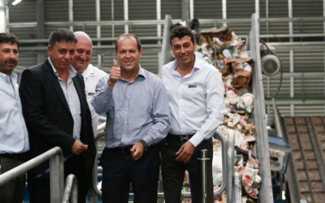 Le maire de Jérusalem Nir Barkat  et le ministre de la protection de l'environnement d'alors Avi Gabbay (deuxième à gauche)  lors de la cérémonie d'ouverture de l'usine de recyclage Greenet dans la zone industrielle d'Atarot, au nord de Jérusalem, le 16 juin 2015  (Photo: Yonatan Sindel / Flash90)