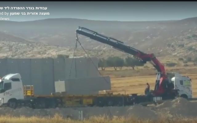 Le ministère de la Défense reprend la construction de la barrière de sécurité (Crédit : capture d'écran / Facebook)