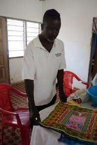 Ben Baidoo, tailleur et fermier, fabrique des couvertures de challah que la communauté vend  pour amasser des fonds afin de construire la synagogue et l'auberge. (Crédit: Melanie Lidman / Times of Israel)