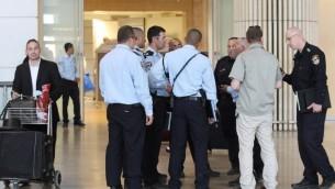 Des responsables de la sécurité à l'aéroport international Ben Gurion (Crédit : Meir Partush/Flash90)