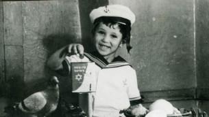 Un enfant tient une boîte bleue KKL-JNF pour recueillir des dons dans cette photo non datée. La boîte bleue était l'un des premiers moyens de recueillir des fonds pour l'organisation naissante. (Autorisation KKL-JNF)