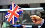 Illustration: Un homme avec un drapeau du Royaume-Uni, au lendemain du référendum où une majorité de la population britannique a voté pour quitter l'Union européenne, à Francfort, en Allemagne, le 25 juin 2016. (Crédit : Thomas Lohnes/Getty Images/JTA)