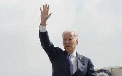 Le vice-président américain Joe Biden dit au revoir alors qu'il monte dans l'Air Force 2 à l'aéroport Ben Gourion en route pour Amman, le 10 mars 2016 (Crédit : Matty Stern / Ambassade américaine Tel Aviv)