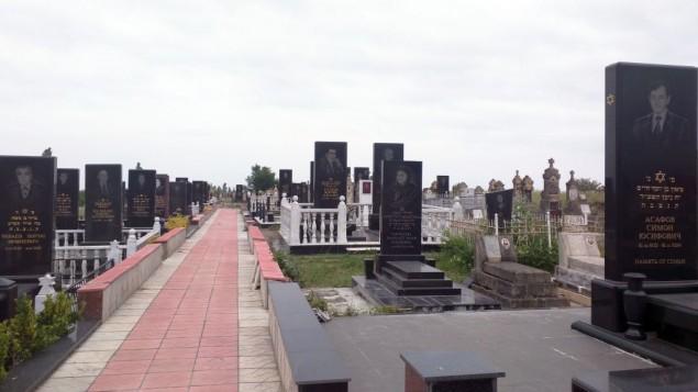 L'un des trois cimetières de la ville juive d'Azerbaïdjan de Krasnaya Sloboda. Photo prise le 24 mai 2016 (Crédit : Lee Gancman/Times of Israel)