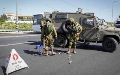 L'armée israélienne a mis en place un checkpoint à l'entrée d'implantation de Kiryat Arba en Cisjordanie le 30 juin2016, après qu'un adolescent palestinien y ait poignardé et tué un jeune Israélienne de 13 ans. (Crédit photo: Wisam Haslamoun / Flash90)