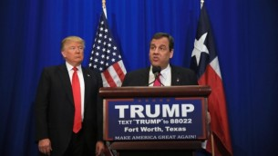 Le gouverneur du New Jersey Chris Christie annonce son soutien au candidat Donald Trump lors d'un meeting de campagne au Centre des congrès de Fort Worth le 26 février 2016, à Fort Worth, Texas. (Credit photo: Tom Pennington / Getty Images / AFP)