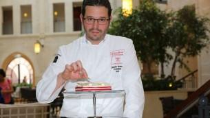 Le pâtissier du Waldorf Astoria Claude Ben Simon montre son gâteau au fromage Red Velvet (Autorisation: Waldorf Astoria)