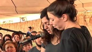 Les filles d'Ilana Naveh, l'une des quatre victimes de l'attentat du marché Sarona dans le centre de Tel Aviv, le 8 juin 2016, pendant ses funérailles à Petah Tikva le 10 juin 2016. (Crédit : capture d'écran Deuxième chaîne)