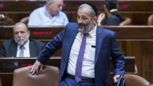 Le ministre de l'Intérieur Aryeh Deri arrive à une session spéciale de Yom Yeroushalayim à la Knesset, le 1er juin 2016. (Crédit : Yonatan Sindel/Flash90)