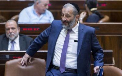 Le ministre de l'Intérieur Aryeh Deri arrive à une session spéciale de la Knesset pour Yom Yeroushalayim, le 1er juin 2016. (Crédit : Yonatan Sindel/Flash90)