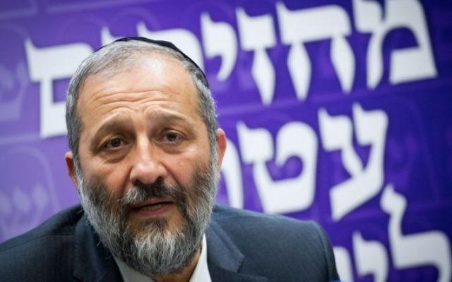 Le président du parti ultra-orthodoxe Shas, Aryeh Deri, ministre de l'Intérieur, lors d'une réunion du groupe parlementaire de son parti à la Knesset, le 23 mai 2016. (Crédit : Miriam Alster/Flash90)