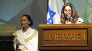 La ministre de la Culture et des Sports Miri Regev (à droite) et le Dr Simcha Getahune, présidente du centre de l'héritage, pendant le déjeuner marquant le lancement de l'Institut national pour le centre de l'héritage de la communauté juive éthiopienne, à Jérusalem, le 19 juin 2016. (Crédit : Melanie Lidman/Times of Israel)