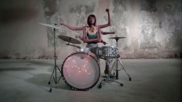 L'Israélo-éthiopienne Ester Rada, dans un clip musical en 2013 'Life Happens', se produira à Rio durant les Jeux olympiques de 2016 (Crédit : capture d'écran YouTube/Ester Rada)