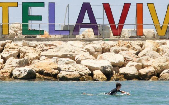 Un surfer sur la plage de Tel Aviv, Hilton Beach, considérée comme un lieu de rencontre pour la communauté LGBT, durant la semaine de la Gay Pride de 2015 (Crédit : Matthew Hechter/Flash 90)