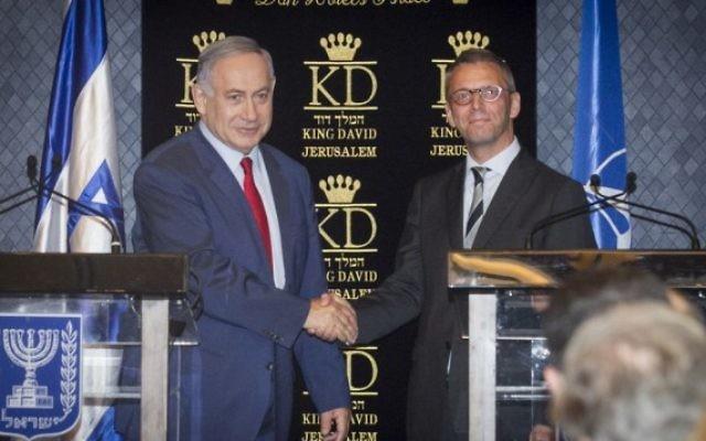 Le Premier ministre Benjamin Netanyahu (à gauche) et l'ambassadeur du Danemark en Israël, Jesper Vahr, qui est également le point de liaison de l'OTAN dans le pays, pendant une rencontre avec les ambassadeurs des pays membres de l'OTAN, à Jérusalem, le 14 juin 2016. (Crédit : Miriam Alster/FLASH90)