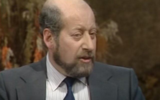 Clement Freud, petit-fils de Sigmund Freud, en 1982 (Crédit : capture d'écran YouTube)