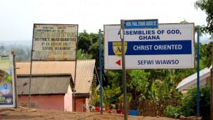"""Dans un sondage Gallup, 95 % des Ghanéens ont déclaré que la religion était une «partie importante de la vie quotidienne."""" Sefwi Wiaso est fortement adventiste du septième jour. (Crédit: Melanie Lidman / Times of Israel)"""