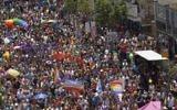 Environ 200 000 personnes ont participé à la Gay Pride annuelle à Tel Aviv, le 3 juin 2016. (Crédit : Miriam Alster/Flash90)