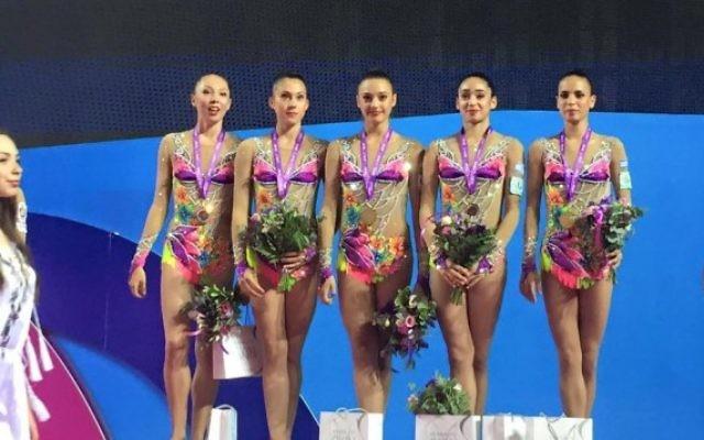 L'équipe de gymnastique rythmique israélienne reçoit la médaille d'or des championnats européens, le 19 juin 2016. (Crédit : Facebook/association israélienne de gymnastique)