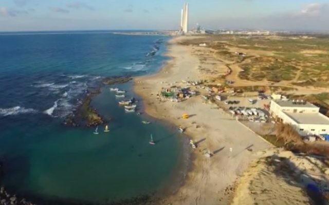 Une plage près de Hadera. Illustration. (Crédit : capture d'écran YouTube)