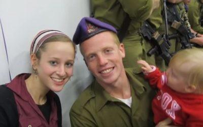 Yehuda Yitzhak HaYisraeli, soldat israélien grièvement blessé pendant la guerre à Gaza en 2014, avec sa femme et son fils, avant sa blessure. (Crédit : capture d'écran YouTube)