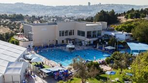Les pelouses verdoyantes et les piscines de l'Hôtel de Ramat Rachel dominent les environs (Autorisation Kibboutz Ramat Rachel)