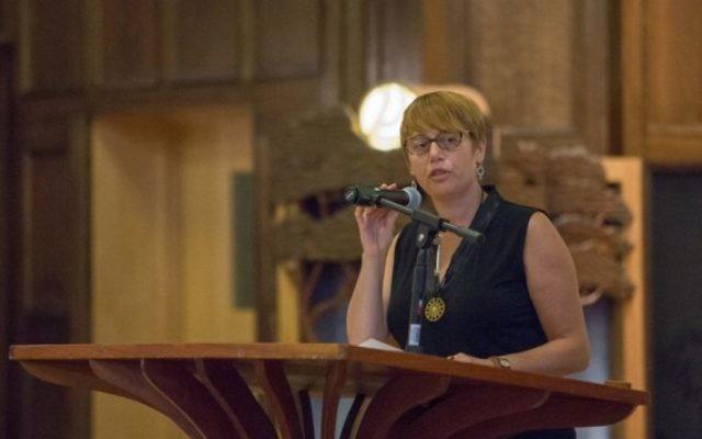 Idit Klein, directrice exécutive de Keshet, association de Boston pour les juifs LGBTQ et leurs alliés, le 9 septembre 2015. (Crédit : Elan Kawesch/The Times of Israel)