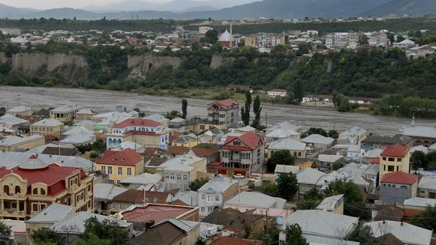 La ville de Krasnaya Sloboda, que l'on voit à l'arrière plan, est séparée de la ville musulmane de Quba par une petite rivière (Crédit : autorisation)
