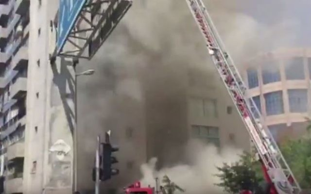 Incendie dans un immeuble d'habitation à Ramat Gan, le 13 juin 2016. (Crédit : capture d'écran YouTube)
