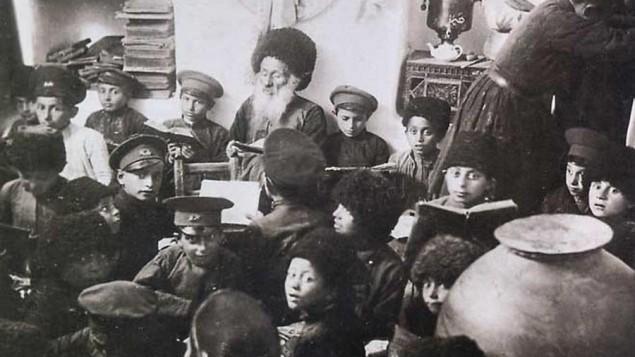 Un melamed enseigne la Torah aux enfants, dans la ville juive d'Azerbaïdjan de Krasnaya Sloboda en 1919 (Crédit : Krasnaya Sloboda archives)