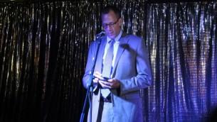 Keith Mines, vice ambassadeur des Etats-Unis en Israël, pendant une veillée organisée au bar Evita de Tel Aviv, le 14 juin 2016. (Crédit : Melanie Lidman/Times of Israel)