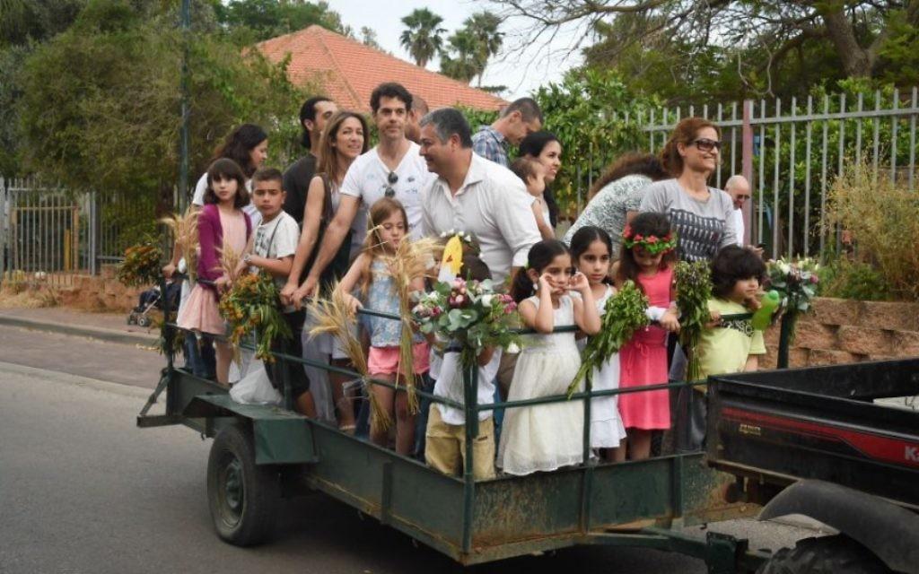 Il y a plus d'une façon de célébrer Shavouot; Ici, une charretée de célébrants au Moshav Kfar Hess, Shavouot 2015 (Autorisation Flash 90)