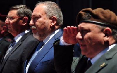 Le nouveau ministre de la Défense Avigdor Liberman aux côtés du chef d'Etat-major Gadi Eizenkot pendant la cérémonie d'accueil de Liberman au ministère, à Tel Aviv, le 31 mai 2016. (Crédit : Ariel Harmoni/ministère de la Défense)