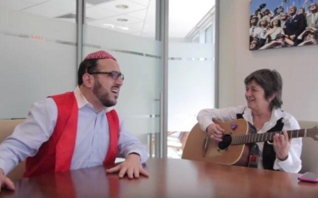 Le chanteur hassidique Lipa Schmeltzer et la compositrice israélienne Corinne Allal (Crédit : capture d'écran YouTube)