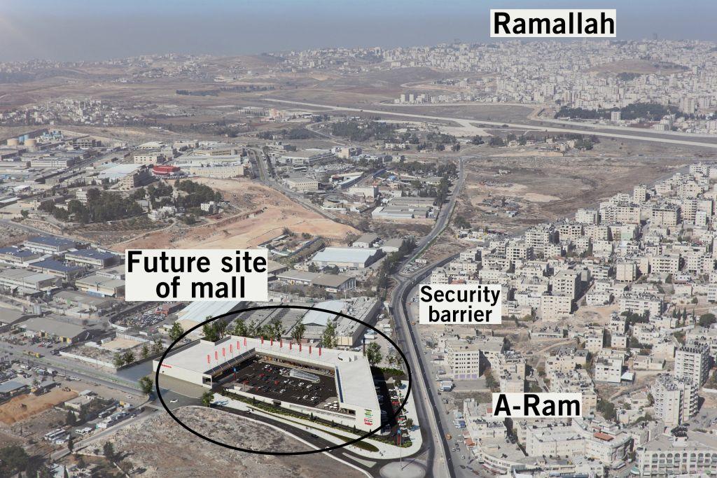 """Photographie aérienne montrant l'emplacement du chantier du centre commercial (""""future site of mall"""") Rami Levy au nord est de Jérusalem, et sa proximité avec la barrière de sécurité de Cisjordanie et Ramallah. La photo du centre commercial montre à quoi il ressemblera. (Crédit : autorisation)"""