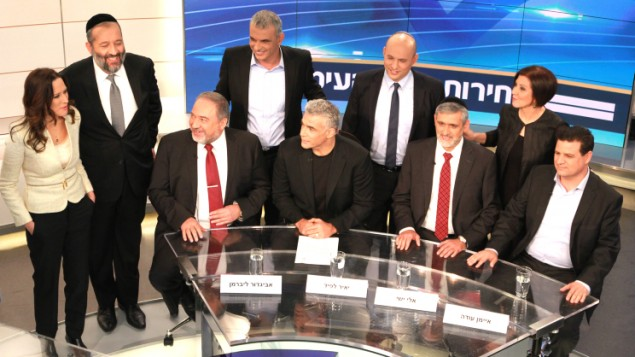 Le ministre des Affaires étrangères et leader de Yisrael Beytenu Avigdor Liberman (en bas à gauche), Yair Lapid, leader du parti Yesh Atid (2e en bas à gauche), le leader du parti Yachad, Eli Yishai (2e en bas à droite), le leader de la Liste arabe unie, Ayman Odeh (en bas à droite), la leader du parti Meretz, Zahava Gal On (en haut à droite), le leader du parti ultraorthodoxe Shas, Aryeh Deri (2e en haut à gauche), le leader du parti HaBayit HaYehudi, Naftali Bennett (2 en haut à droite), et le leader du parti Koulanou, Moshe Kahlon (en haut au milieu), ainsi que le présentateur de la Deuxième chaîne, Yonit Levi (en haut à gauche) avant un débat politique sur la Deuxième chaîne, en amont des élections israéliennes de 2015, dans les studios de Neve Ilan, près de Jérusalem, le 26 février 2015 (Crédit : la Deuxième chaîne)