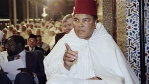Cette photo prise le 15 Janvier 1998 montre l'ancien champion de boxe Mohamed Ali participant à une cérémonie religieuse pour le mois sacré du Ramadan dans le palais royal à Rabat (Crédit photo: ABDELHAK SENNA/ AFP)
