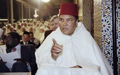 Cette photo prise le 15 Janvier 1998 montre l'ancien champion de boxe Mohamed Ali participant à une cérémonie religieuse pour le mois sacré du Ramadan dans le palais royal à Rabat  (Crédits : Abdellak Senna / AFP)