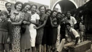 Isabel Schiller (septième à droite) et des amies à Cuba. (Autorisation)