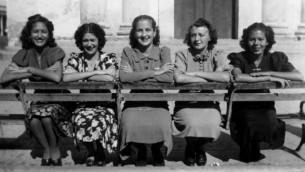 Isabel Schiller (deuxième à droite) avec des amies à Saint-Domingue, Cuba en 1939. (Autorisation)