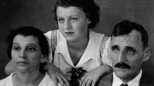 Isabel Schiller (au centre) adolescente avec ses parents à Cuba (Autorisation)