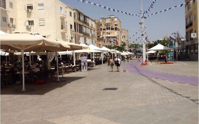 """La place centrale de Netanya, dite """"le kikar"""", lieu de rencontre de la communauté française de la ville. (Crédit : autorisation)"""
