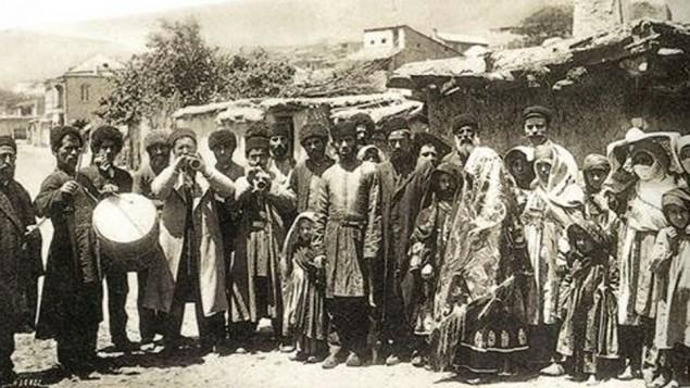 Des Juifs des montagnes de Krasnaya Sloboda célébrant des fiançailles, dans les années 1910 (Crédit : Krasnaya Sloboda archives)