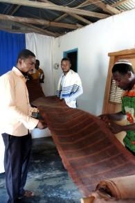 La communauté a un rouleau de la Torah en parchemin mais on lit généralement une traduction de la portion de la semaine en twi, la lingua franca au Ghana. (Crédit: Melanie Lidman / Times of Israel)